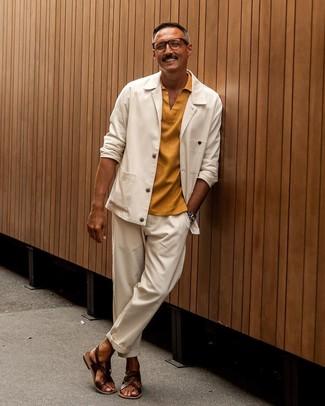 Come indossare e abbinare: camicia giacca bianca, polo senape, chino bianchi, sandali in pelle marrone scuro