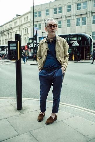 Moda uomo anni 60: Metti una camicia giacca beige e chino blu scuro per un drink dopo il lavoro. Scegli un paio di mocassini eleganti in pelle scamosciata marroni come calzature per mettere in mostra il tuo gusto per le scarpe di alta moda.