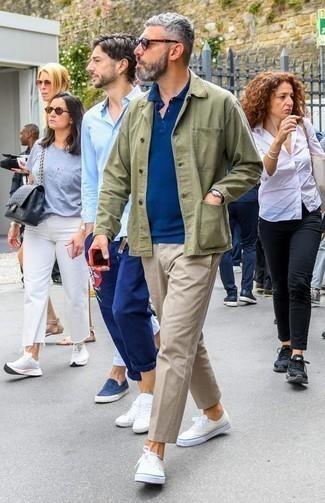 Come indossare e abbinare chino beige: Potresti combinare una camicia giacca verde oliva con chino beige per essere elegante ma non troppo formale. Se non vuoi essere troppo formale, opta per un paio di sneakers basse di tela beige.