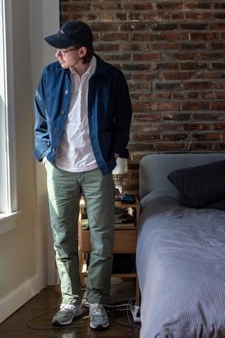 Come indossare e abbinare una camicia giacca blu scuro: Abbina una camicia giacca blu scuro con chino verde oliva per creare un look smart casual. Scarpe sportive grigie renderanno il tuo look davvero alla moda.