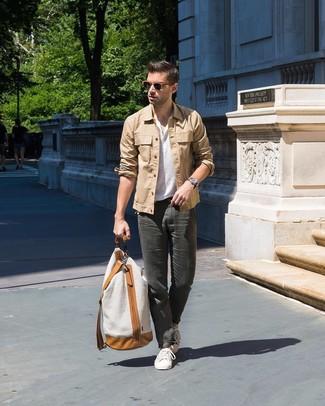 Come indossare e abbinare una camicia giacca marrone chiaro