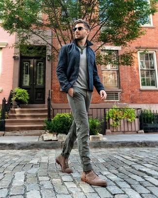 Come indossare e abbinare: camicia giacca blu scuro, t-shirt girocollo grigia, chino grigi, stivali casual in pelle scamosciata marroni
