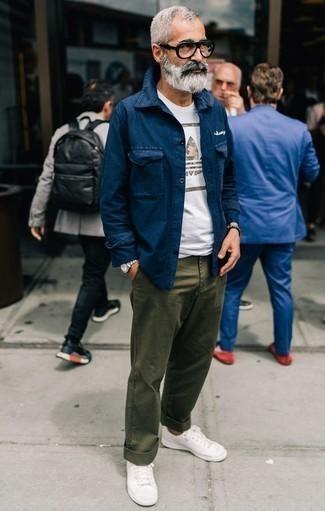 Come indossare e abbinare sneakers basse bianche: Vestiti con una camicia giacca blu scuro e chino verde oliva, perfetto per il lavoro. Scegli un paio di sneakers basse bianche per un tocco più rilassato.