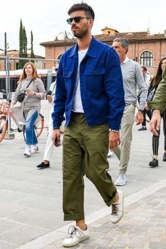 Come indossare e abbinare sneakers basse bianche: Indossa una camicia giacca blu e chino verde oliva se preferisci uno stile ordinato e alla moda. Opta per un paio di sneakers basse bianche per avere un aspetto più rilassato.
