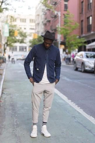 Come indossare e abbinare un borsalino di lana grigio scuro: Per un outfit della massima comodità, coniuga una camicia giacca blu scuro con un borsalino di lana grigio scuro. Sneakers alte di tela bianche sono una eccellente scelta per completare il look.