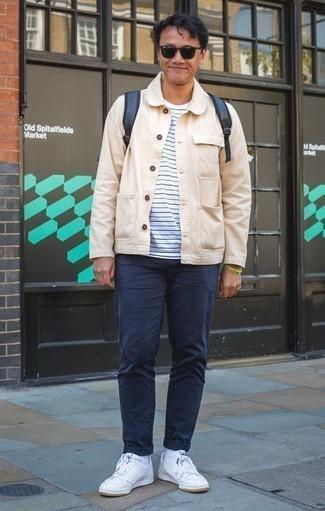 Come indossare e abbinare una camicia giacca beige: Prova ad abbinare una camicia giacca beige con chino blu scuro, perfetto per il lavoro. Perché non aggiungere un paio di sneakers basse in pelle bianche per un tocco più rilassato?