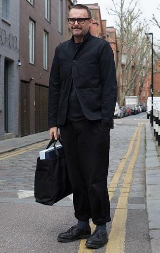 Come indossare e abbinare calzini grigio scuro: Indossa una camicia giacca nera con calzini grigio scuro per un'atmosfera casual-cool. Sfodera il gusto per le calzature di lusso e scegli un paio di scarpe derby in pelle nere come calzature.