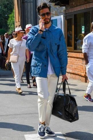 Trend da uomo 2020: Coniuga una camicia giacca blu con chino bianchi se preferisci uno stile ordinato e alla moda. Per un look più rilassato, scegli un paio di sneakers basse di tela blu scuro e bianche come calzature.