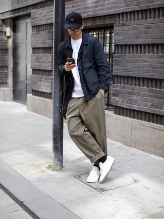 Come indossare e abbinare una camicia giacca blu scuro: Scegli una camicia giacca blu scuro e chino grigi per essere elegante ma non troppo formale. Perché non aggiungere un paio di sneakers basse di tela bianche per un tocco più rilassato?