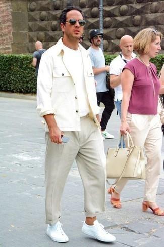 Come indossare e abbinare chino beige: Punta su una camicia giacca bianca e chino beige per un look davvero alla moda. Per distinguerti dagli altri, opta per un paio di sneakers basse di tela bianche.
