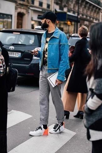 Trend da uomo 2020: Potresti indossare una camicia giacca di jeans blu e chino a quadri grigi per un look semplice, da indossare ogni giorno. Scegli un paio di sneakers basse in pelle stampate bianche come calzature per un tocco più rilassato.