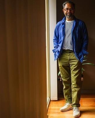 Come indossare e abbinare chino verde oliva: Prova a combinare una camicia giacca blu con chino verde oliva per un abbigliamento elegante ma casual. Perfeziona questo look con un paio di chukka in pelle bianche.