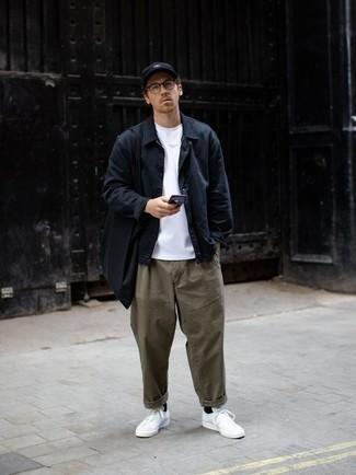 Come indossare e abbinare una camicia giacca blu scuro: Potresti abbinare una camicia giacca blu scuro con chino verde oliva per un look davvero alla moda. Per distinguerti dagli altri, scegli un paio di sneakers basse di tela bianche.