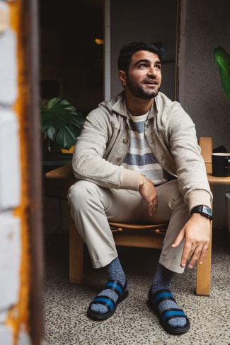 Come indossare e abbinare calzini blu scuro: Una camicia giacca beige e calzini blu scuro sono l'outfit perfetto per le giornate di relax. Per un look più rilassato, scegli un paio di sandali in pelle blu.