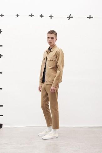 Look alla moda per uomo: Camicia giacca marrone chiaro, T-shirt girocollo blu scuro, Chino marrone chiaro, Sneakers basse di tela bianche