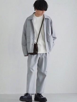 Moda ragazzo adolescente: Punta su una camicia giacca grigia e chino grigi per un look davvero alla moda. Sfodera il gusto per le calzature di lusso e indossa un paio di scarpe derby in pelle pesanti nere.