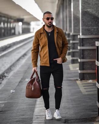 Come indossare e abbinare un borsone in pelle marrone: Opta per una camicia giacca marrone e un borsone in pelle marrone per un'atmosfera casual-cool. Perché non aggiungere un paio di sneakers basse in pelle bianche per un tocco di stile in più?