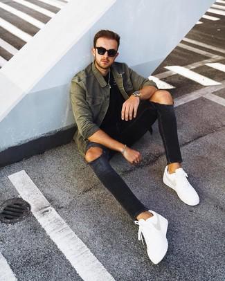 Come indossare e abbinare: camicia giacca verde oliva, t-shirt girocollo nera, jeans aderenti strappati neri, sneakers basse in pelle bianche