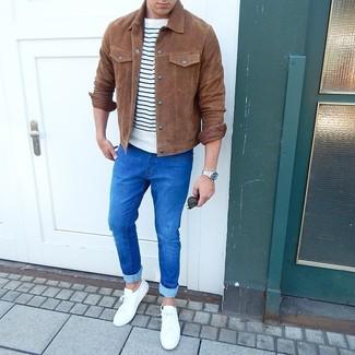 Come indossare e abbinare: camicia giacca in pelle scamosciata marrone, t-shirt girocollo a righe orizzontali bianca e blu scuro, jeans aderenti blu, sneakers basse bianche