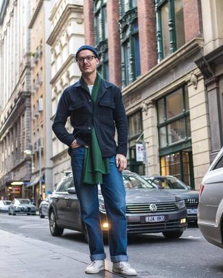 Come indossare e abbinare: camicia giacca blu scuro, t-shirt girocollo bianca, jeans blu, sneakers basse bianche