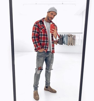 Come indossare e abbinare: camicia giacca scozzese rossa, t-shirt girocollo grigia, jeans strappati grigi, stivali chelsea in pelle scamosciata grigi
