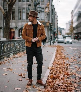 Come indossare e abbinare: camicia giacca terracotta, t-shirt girocollo nera, jeans neri, stivali casual in pelle marroni