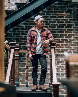 Come indossare e abbinare: camicia giacca scozzese arancione, t-shirt girocollo grigia, jeans neri, stivali texani in pelle marroni