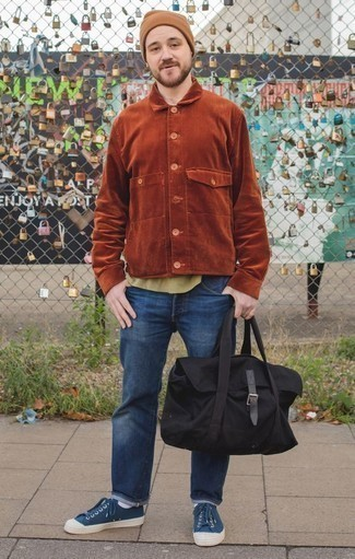 Come indossare e abbinare una berretto marrone chiaro: Prova ad abbinare una camicia giacca di velluto a coste terracotta con una berretto marrone chiaro per un outfit rilassato ma alla moda. Sfodera il gusto per le calzature di lusso e scegli un paio di sneakers basse di tela blu scuro come calzature.