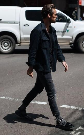 Come indossare e abbinare calzini grigio scuro: Una camicia giacca nera e calzini grigio scuro sono l'outfit perfetto per le giornate di relax. Abbina questi abiti a un paio di sandali in pelle neri.