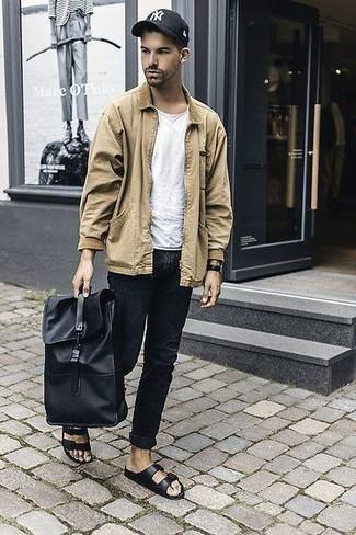 Come indossare e abbinare un zaino in pelle nero: Per un outfit della massima comodità, prova ad abbinare una camicia giacca marrone chiaro con uno zaino in pelle nero. Per un look più rilassato, indossa un paio di sandali in pelle neri.