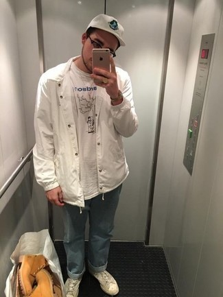 Trend da uomo 2020: Potresti combinare una camicia giacca bianca con jeans azzurri per un pranzo domenicale con gli amici.