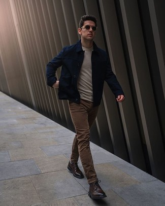 Come indossare e abbinare scarpe brogue in pelle marrone scuro: Mostra il tuo stile in una camicia giacca blu scuro con jeans marroni per un look semplice, da indossare ogni giorno. Indossa un paio di scarpe brogue in pelle marrone scuro per dare un tocco classico al completo.