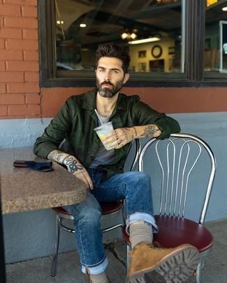 Come indossare e abbinare una camicia giacca verde scuro: Indossa una camicia giacca verde scuro e jeans blu scuro per un look semplice, da indossare ogni giorno. Completa questo look con un paio di stivali casual in pelle scamosciata marroni.