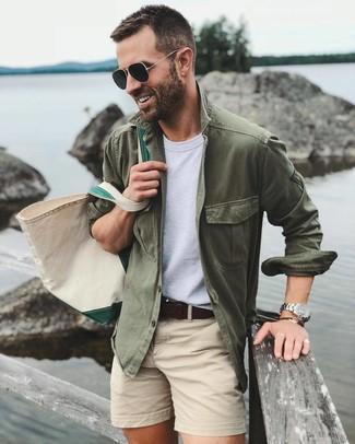 Come indossare e abbinare: camicia giacca verde oliva, t-shirt girocollo bianca, pantaloncini beige, borsa shopping di tela beige