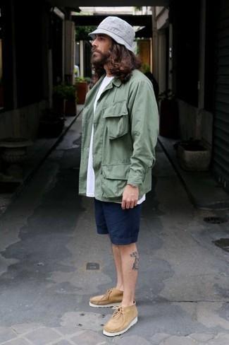 Come indossare e abbinare pantaloncini blu scuro: Potresti abbinare una camicia giacca verde menta con pantaloncini blu scuro per vestirti casual. Chukka di tela marrone chiaro sono una validissima scelta per completare il look.