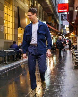 Come indossare e abbinare: camicia giacca blu scuro, t-shirt girocollo bianca, pantaloni cargo blu scuro, stivaletti brogue in pelle scamosciata verde oliva