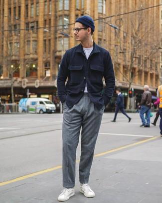 Come indossare e abbinare: camicia giacca blu scuro, t-shirt girocollo bianca, pantaloni eleganti di lana grigi, sneakers basse in pelle bianche