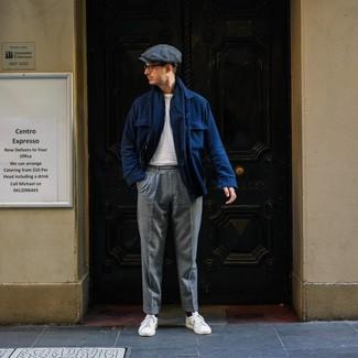 Come indossare e abbinare: camicia giacca di lana blu scuro, t-shirt girocollo bianca, pantaloni eleganti di lana grigi, sneakers basse in pelle bianche