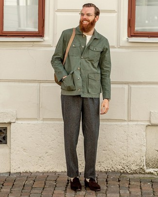 Come indossare e abbinare: camicia giacca verde scuro, t-shirt girocollo bianca, pantaloni eleganti di lana grigio scuro, mocassini eleganti in pelle scamosciata marrone scuro