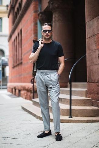 Come indossare e abbinare mocassini eleganti in pelle scamosciata neri: Mostra il tuo stile in una camicia giacca marrone con pantaloni eleganti grigi per un look elegante e di classe. Perfeziona questo look con un paio di mocassini eleganti in pelle scamosciata neri.