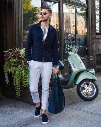Come indossare e abbinare: camicia giacca blu scuro, t-shirt manica lunga a righe orizzontali bianca e blu scuro, chino bianchi, scarpe double monk in pelle scamosciata blu scuro