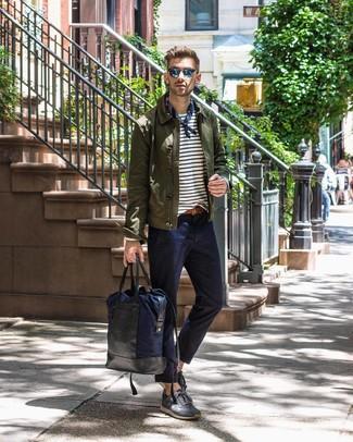 Come indossare e abbinare: camicia giacca verde oliva, t-shirt manica lunga a righe orizzontali bianca e blu scuro, chino blu scuro, sneakers basse in pelle scamosciata grigio scuro