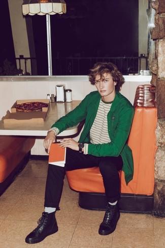 Come indossare e abbinare: camicia giacca verde, t-shirt manica lunga a righe orizzontali bianca e verde, chino neri, stivali casual in pelle neri