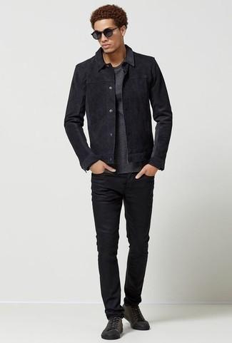 Trend da uomo 2020: Abbinare una camicia giacca in pelle scamosciata nera e jeans neri è una comoda opzione per fare commissioni in città. Per distinguerti dagli altri, scegli un paio di sneakers basse di tela grigio scuro come calzature.