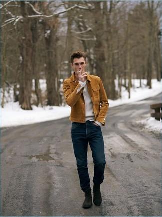Come indossare e abbinare: camicia giacca in pelle scamosciata terracotta, maglione con scollo a v bianco, jeans blu scuro, stivali chelsea in pelle scamosciata marrone scuro