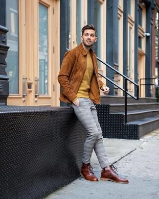 Come indossare e abbinare: camicia giacca in pelle scamosciata terracotta, maglione girocollo senape, chino scozzesi grigi, stivali casual in pelle marroni