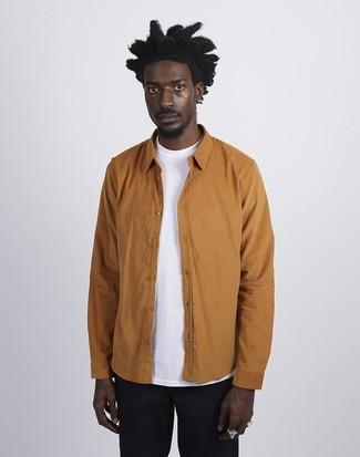 Come indossare e abbinare: camicia giacca terracotta, t-shirt girocollo bianca, chino neri