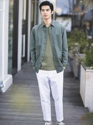 Come indossare e abbinare: camicia giacca verde scuro, maglione girocollo verde oliva, chino bianchi, sneakers basse grigie