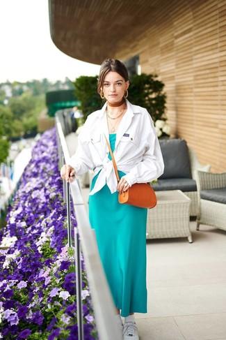 Come indossare e abbinare: camicia giacca bianca, vestito lungo di seta foglia di tè, sneakers basse bianche, borsa a tracolla in pelle terracotta