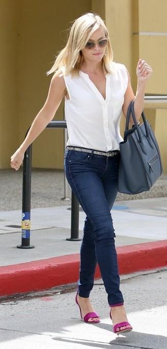 Come indossare: camicia senza maniche bianca, jeans aderenti blu scuro, sandali con tacco in pelle viola melanzana, borsa shopping in pelle blu scuro